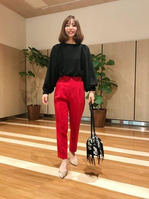 インパクトある赤ボトム。 フリルブラウスの女性らしさとパンツの格好良さのギャップが素敵です。