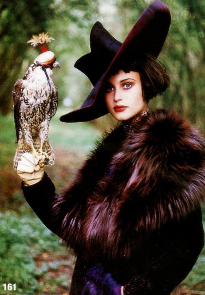 photo de mode : femme, chapeau, oiseau faucon, fourrure