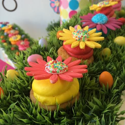 #cupcakes #flowers www.thesweetspot.gr