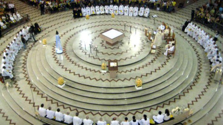 Interior do Santuário Nacional Aparecida, em Aparecida do Norte, São Paulo, Brasil. A tradicional Basílica de Aparecida foi inaugurada em 1982 e tem uma área construída de 23.300 m². Tem uma capacidade para 30 mil pessoas, mas o recorde de romeiros em um só dia foi registrado em um domingo de 2010, quando 245.023 devotos visitaram a igreja, no dia 14 de novembro.  Fotografia: Divulgação.   http://exame.abril.com.br/brasil/noticias/as-maiores-construcoes-religiosas-do-brasil/fullscreen#6