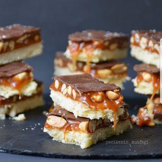 Snickers sevenler burda mı 🤗 El kaldırın ✋ 😄 Ev yapımı çok daha lezzetlisi tabi ...