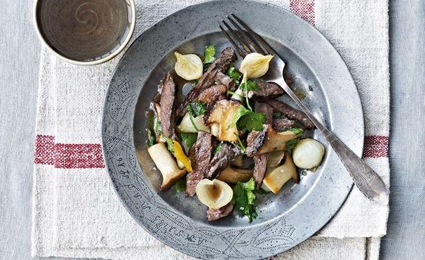Salat med oksekød, sure løg og kejserhatte