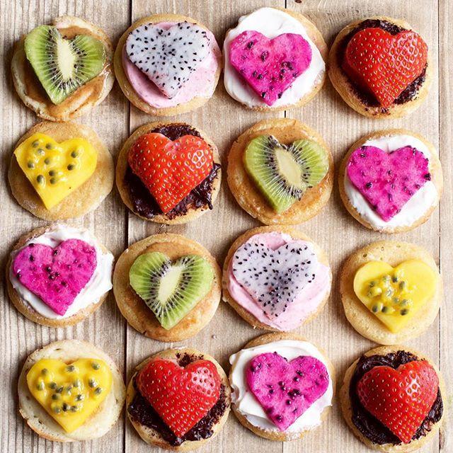 mini Pancakes -Mango (Passionfruit)Pink pitaya   White pitaya ,Kiwi Spreads: homemade nutella, coconut yogurt, coconut raspberry yogurt, homemade almond butter  @alphafoodie    💕💐