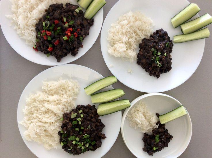 Černé fazole na tex-mex způsob, rýže, okurky