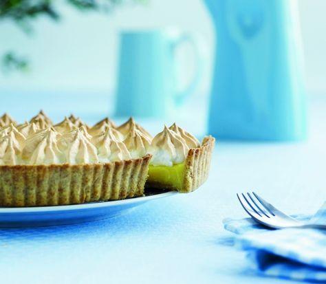 Servér en syrlig citrontærte med sødt og sprødt marengslåg for vennerne - lad citrontærten være prikken over i'et på en lækker middag!