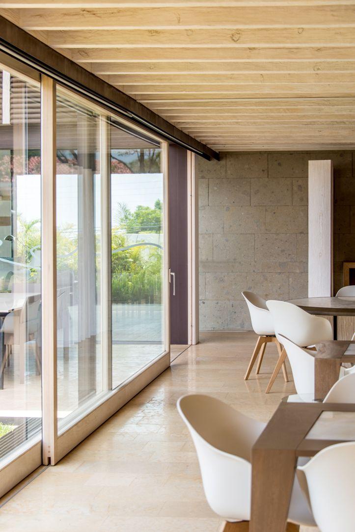 Puerta Elevable de madera, colocada en reiles ahogados, tono de madera natural. #ventana #ventanademadera #madera #multivi #puertademadera #puerta #cancel #hechoenmexico