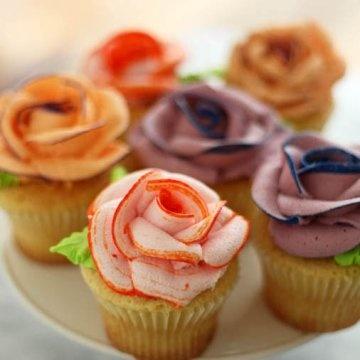 des roses en sucre glace à poser sur des cupcakes
