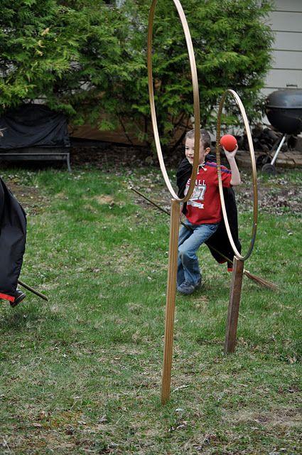 Faire du Quidditch dans le jardin.