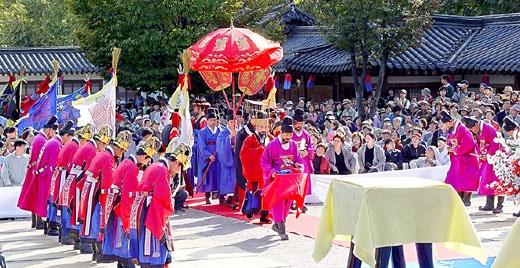 Korean traditional royal wedding - entrance