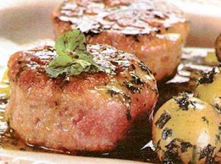 Receita de Hambúrguer de cordeiro com molho de hortelã - Hambúrguer de cordeiro: bata no processador o cordeiro com a ricota e o sal, até obter uma massa homogênea. Com a massa, modele 4 hambúrgueres de...