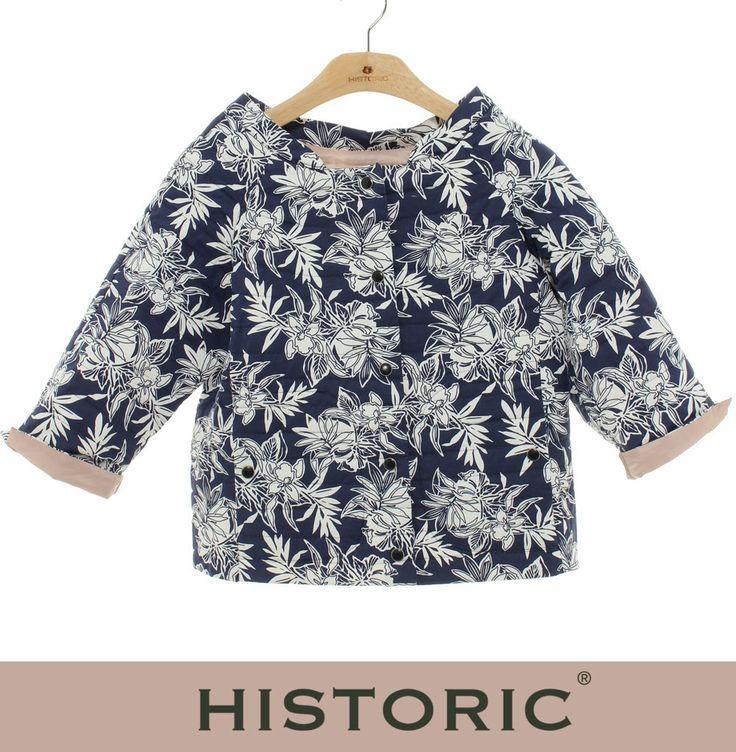 Frangipane Jacket è reversibile: da un lato tessuto di cotone blu stampato con ramage bianchi e dall'altro nylon traspirante effetto seta, leggera imbottitura in thermore. Frangipane jacket è 2 capi in 1: per non avere nessun dubbio su cosa indossare!  #historic #womenfashion #ss15 #modadonna http://historic-brand.com/shop/historic-donna/frangipane-jacket-6/