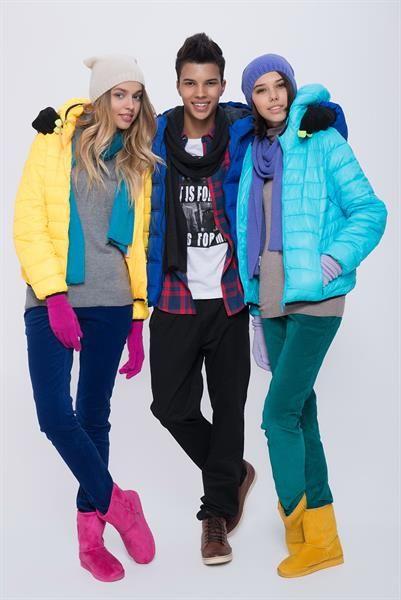 Модная яркая одежда и обувь для молодых девушек
