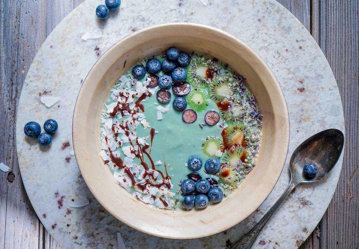 En dit is waarom ik altijd bevroren bananen in mijn vriezer bewaar. Spirulina zorgt voor een mooie groenblauwe kleur in jouw gezonde smoothie bowl. Enjoy!