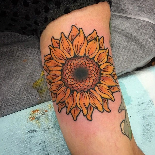 Big ol' sunflower brought to you by Alice Badger at Lust for Life Tattoo…
