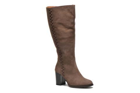 Marque familiale créée en 2005, Jilsen est la marque spécialiste des bottes pour mollets larges. Car il n'est pas évident de trouver botte à son pied lorsque notre mollet est un peu plus large, Jilsen se met à nos pieds en nous proposant une gamme de bott ...