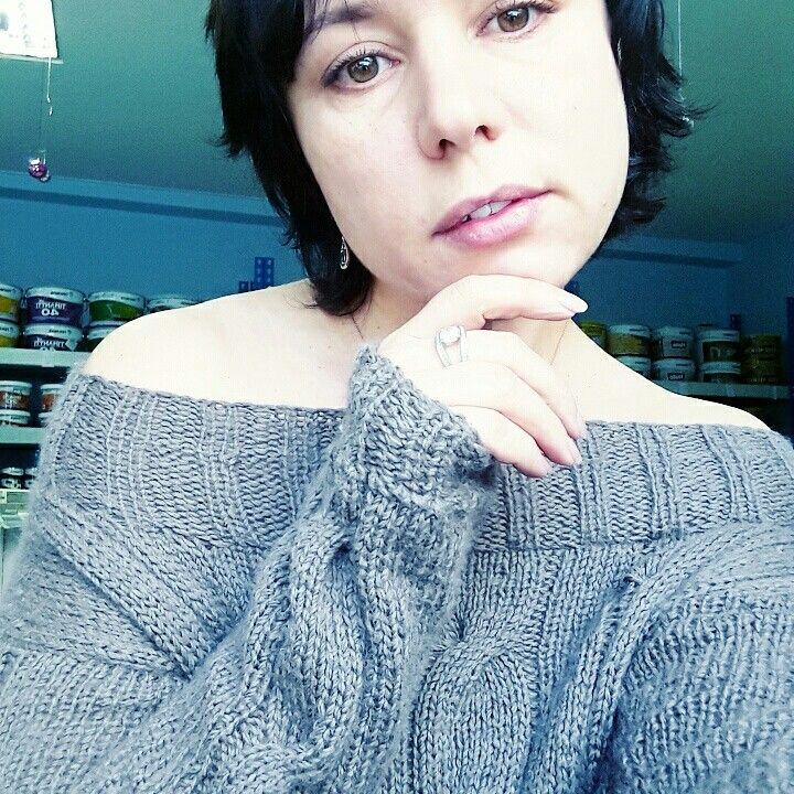 Вязанный свитерок с открытыми плечами.