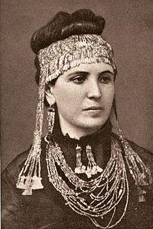Moglie di Schliemann, Sophia, con indosso alcuni gioielli trovati dal marito.