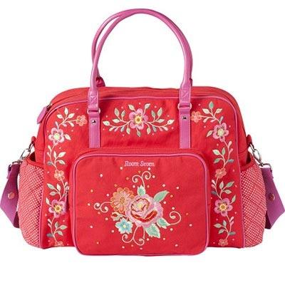 Magnífico bolso cambiador de Room Seven de color rojo y flores bordadas. Los bolsillos laterales están hechos de un textil de color rojo y puntos blancos. El bolsillo delantero es grande y lleva cremallera. Lleva también una preciosa rosa bordada, y a su alrededor muchas lentejuelas brillantes... realmente mágico!