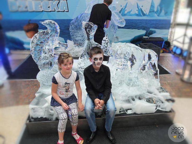Lodowy dzień dziecka, w krainie lodu. Rzeźby lodowe. Zabawy dla dzieci, gry i atrakcje dla dzieci.