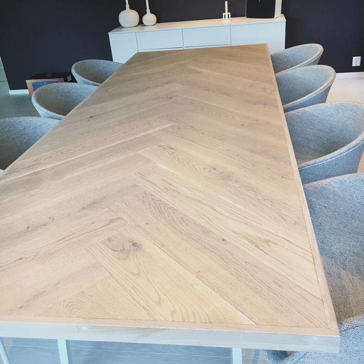 • Mange har spurt etter nærbilde av spisebordet!☝🏼Finn eit material du liker, ein mann som kan snekre og bestill favoritt bordbeina! Simsallabim, lekkert resultat!😍 . #diningtable #interiordesign #interior123 #vibyggerhus #vibyggernytt #modernhome #funkishus #boligpluss #bobedre #haychair #aac26 #oak #homemade #diy #kkliving