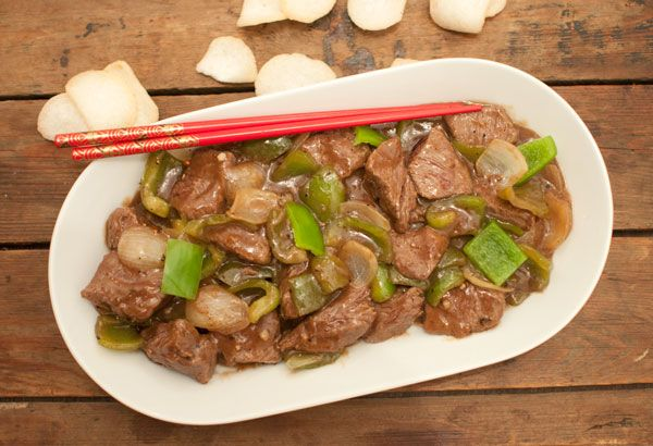 Ossenhaas met zwarte pepersaus; een heerlijk Chinees gerecht geserveerd op een sissende plaat. Makkelijk en gezond.Lekker met pandanrijst.