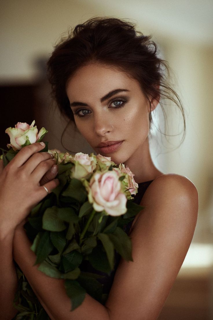 Take a look at the best bronze wedding makeup in the photos below and get ideas for your wedding!!! Makeup Look: False eyelashes with a neutral/champagne smokey