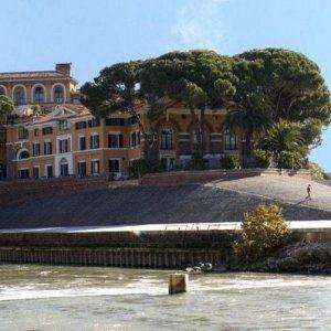 Roma Isola Tiberina neopapà si lancia da terrazzo ospedale: aveva perso lavoro #lavoratori #salari #tasse #roma #stipendo #INPS