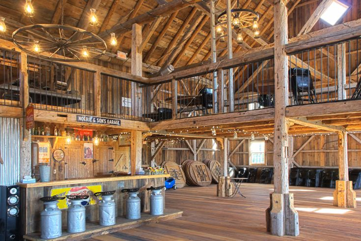 Grange Manson Barn located in Austin, Quebec can accommodate groups of 150 people, setting up tables on both the main floor and mezzanine. The two outside balconies overlook a stunning backdrop of mountains, perfect for photo-ops throughout the evening.