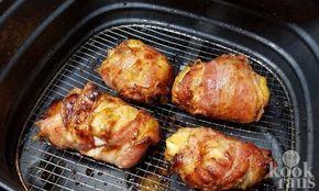 Deze heerlijke kippendijen maakje gewoon in de Airfryer! Wij zijn verzot op het maken van gerechten in de Airfryer; het vlees wordt malser, het deeg wordt knapperiger en frietjes worden gezonder. Wat wil je nog meer? En dat alles zonder het gebruik van liters olie of vet, daar word je vrolijk van.