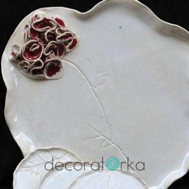 ceramiczna patera i talerzyki w kolorze białym z czerwonym kwiatem