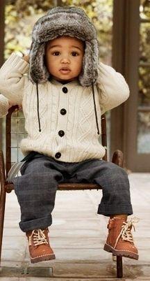 Süße Stiefelchen, kuscheliger Strick und eine flauschige Mütze - ein perfekter Look für kühle Tage