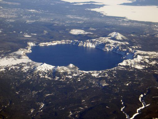 USA Oregon CRATER LAKE Sopečná caldera Crater Lake (Kráterové jezero)Sopečná kaldera je rozsáhlý vulkanický útvar kruhového nebo eliptického tvaru. Rozpěry kaldery se mohou pohybovat v rozmezí 10 až 50 kilometrů. V některých případech (jedná se především o supervulkány) může mít kaldera průměr i více než 100 kilometrů. Kaldera vzniká jako pozůstatek po sopečné erupci.