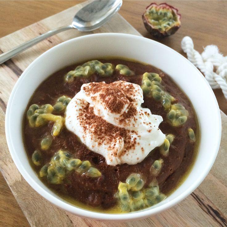 Wie houdt er nou niet van brownies? De combinatie van chocolade en havermout is erg lekker. Door het toevoegen van Griekse yoghurt en passievrucht wordt het geheel iets frisser.