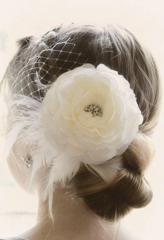 Cest le morceau de cheveux (fleur de soi) 3.5  Cette pièce de cheveux de mariée chic est fixée sur une pince crocodile de broche unique (si vous avez besoin différent sil vous plaît envoyer un message à me.... heureux de le changer) Orné de filet de la cage, de plumes et une broche de style antique... ce clip est une pièce unique sur mesure pour vous sur votre journée spéciale. Fleur mesure un peu plus de 3 et 1/2 pouces seul. Broche du Centre se trouve à plus de la taille dun quart. Pét...