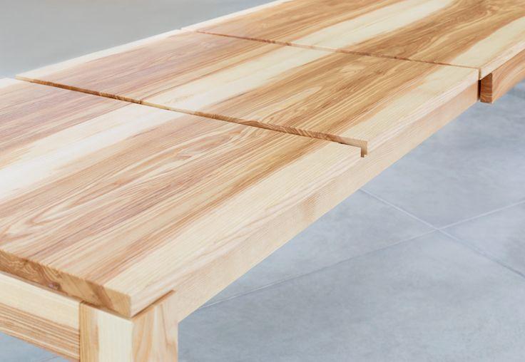 markant gemaserter Tisch, die Maserung läuft bis in die Auszugsplatten durch © buchenblau
