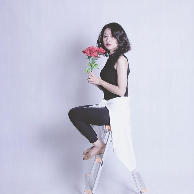 Part 1  @fadillafauzia . . #mobilighting #studio #rental #model #flower #bw #white #tangga #bandung #lensa #lighting #girl #photo #photoig #igid