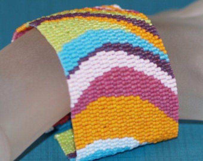 Gebogen... Peyote armband. Bangle manchet. Handgemaakte. Lente kleuren. Turkoois. Oranje. Paars. Lime groen. Vet. Soepel. Moderne