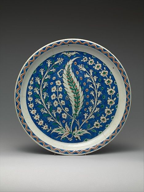 Dish with Growing Saz and Floral Design, first half 17th century, Iznik, Turkey. The Metropolitan Museum of Art, New-York