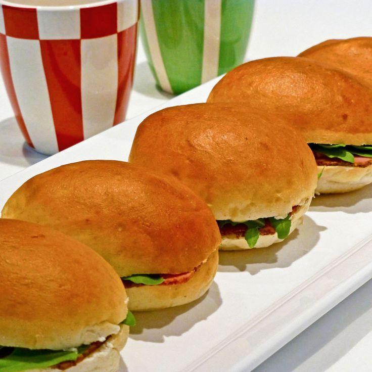 Dinerbroodjes met pastrami, rucola en zelfgemaakte mayonaise. Lekker tijdens een feestelijke brunch of bij een high tea!