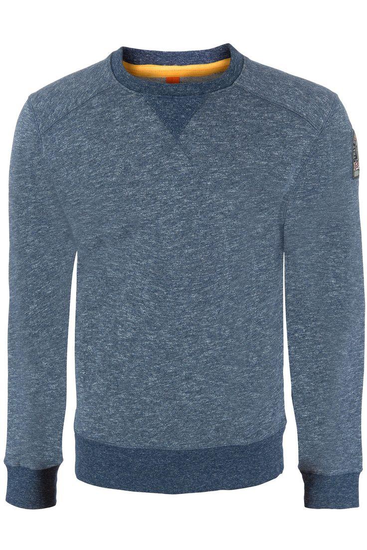 Deze stoere sweater van het merk Parajumpers, heeft blauwe Melange kleur en een badge op de linker mouw. verder staat er onder aan de boord aan de binnenkant het merk naam parajumpers gedrukt.
