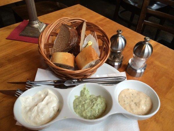 CafeHauptwache Франкфурт-на-Майне / Зеленый соус. На фото внизу он по середине, справа от него айоли с чесночком, а слева соус из тунца и паприки.