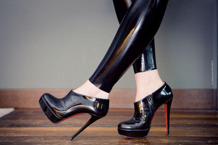 Fashion Blog Frankfurt - glänzende schwarze Hose - Christian Louboutin Platform…