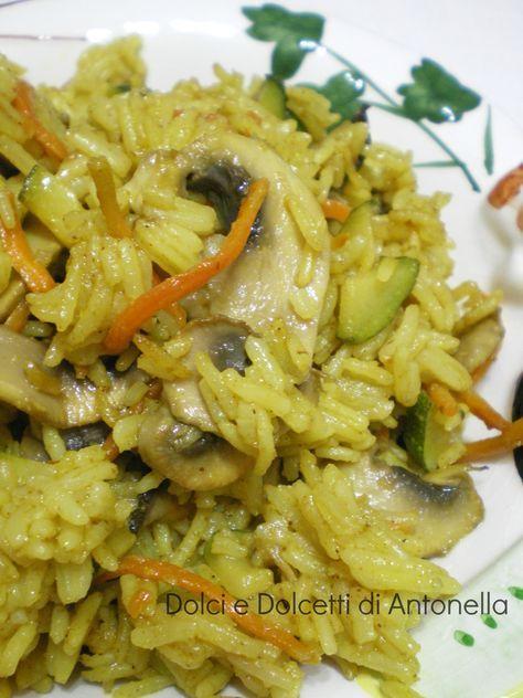 L'altro giorno al supermercato ho comprato un po di spezie nuove, così ho deciso di provare questo riso al curry