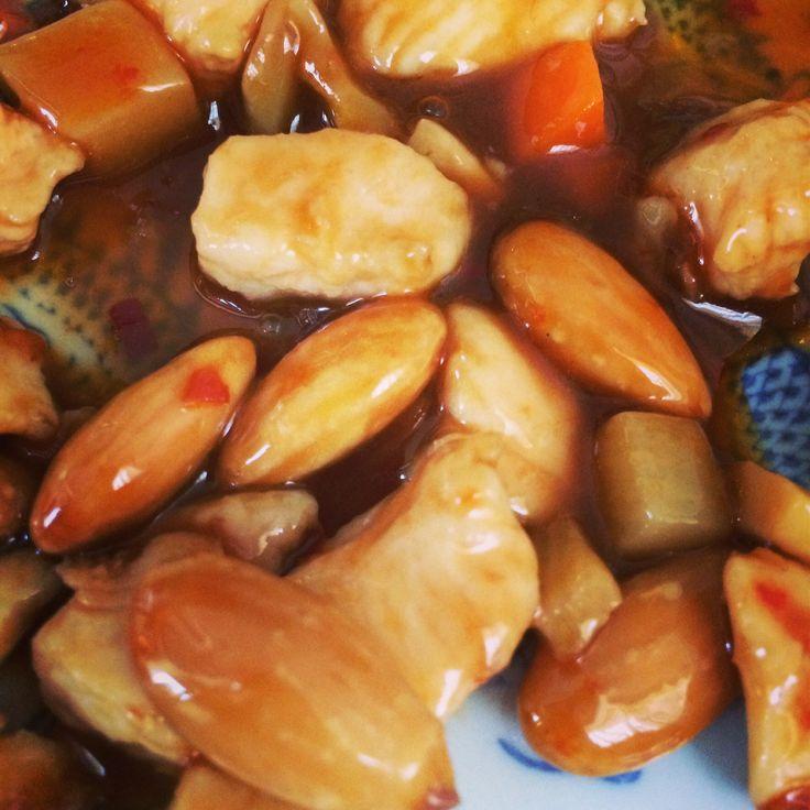 Pollo alle mandorle, piccante. Cucina cinese.