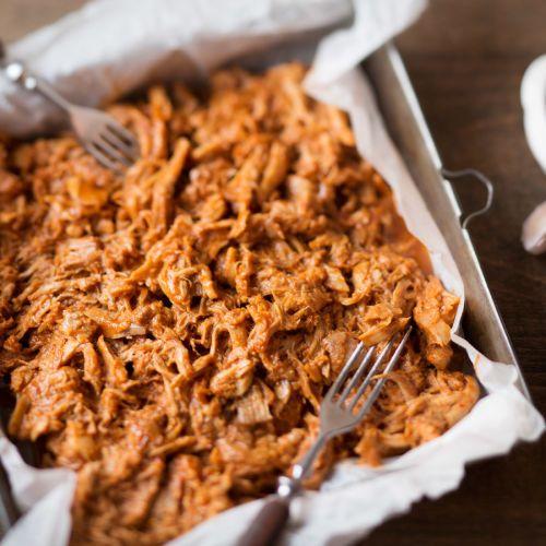 Ihana makeansuolainen kanaherkku hemmottelee makuhermoja. Kariniemen Pulled Chicken makeansuolaisessa kastikkeessa sopii riisin tai salaatin seuraksi. Sekoita yhteen maustekastikkeen ainekset ketsuppi...
