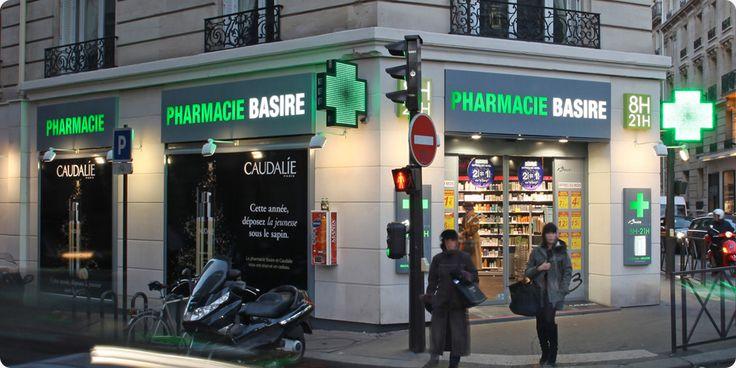 Croix lumineuse de pharmacie à Paris