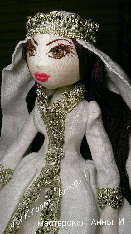 Купить или заказать Кукла Айлин (Луна). Кукла текстильная интерьерная игровая. в интернет-магазине на Ярмарке Мастеров. Кукла коллекционная, текстильная, интерьерная и игровая с красивым именем Айлин. Лицо - ручная вышивка. Поэтому куколку можно стирать. Только для глаз использовано несколько различных цветов ниток. Волосы можно расчёсывать массажной расчёской, пришита вручную каждая прядь (нитки хлопок 100%). Ручки и ноги двигаются, ножки сгибаются в коленях, соединение - пуговицы.