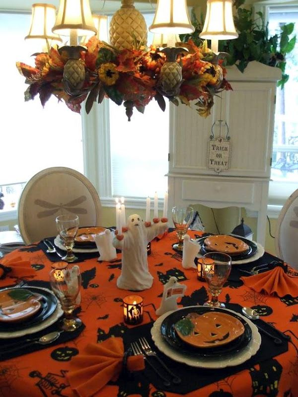 Gentil Halloween Tablescape With A Ghostly Centerpiece