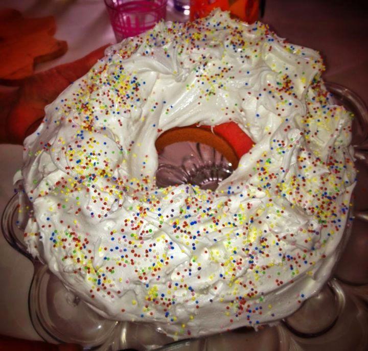 La Ciaramicolaèildolce pasquale per antonomasia di Perugia. E' una torta a forma di ciambella, con l'impasto rosso e la glassa bianca e zuccherini colorati....(clicca sull'immagine per continuare a leggere...) #umbriainpin