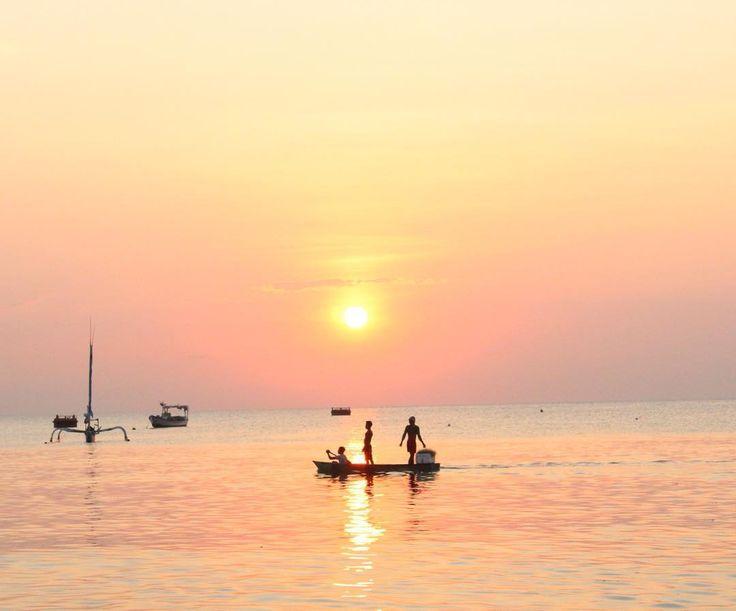 Salah satu yang khas lagi dari Pantai Ampenan adalah selain panoramanya yang indah juga suasana khas zaman Belanda terasa karena berada di kota tua Ampenan.[Photo by instagram.com/imamahmadask]